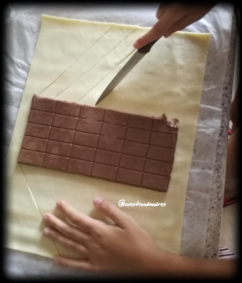 Paso 3 de la trenza de chocolate:Cortes diagonales a los lados del chocolate