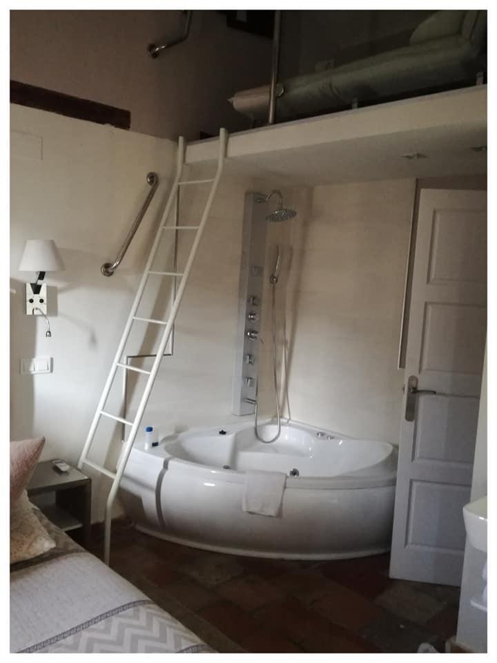 Muy mona y original la bañera con hidromasaje en la habitación del apartamento de Los ojos de la mora pero... lo salpicaba todo