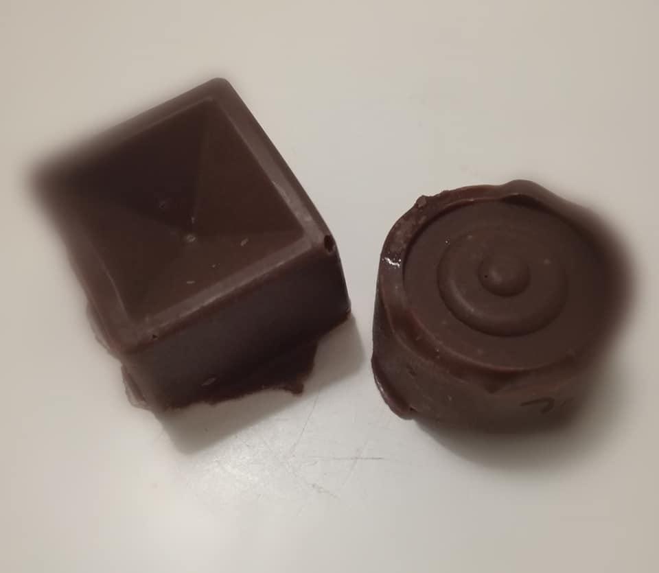 Resultado final de nuestros primeros bombones de chocolate rellenos de crema de cacao