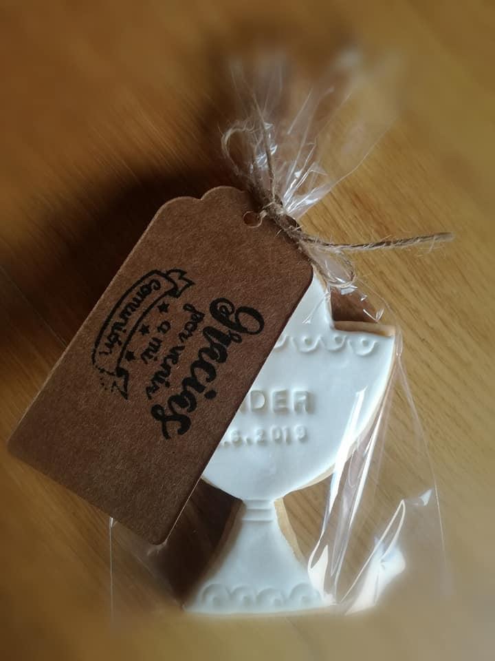 A los invitados también entregamos una galleta con forma de cáliz