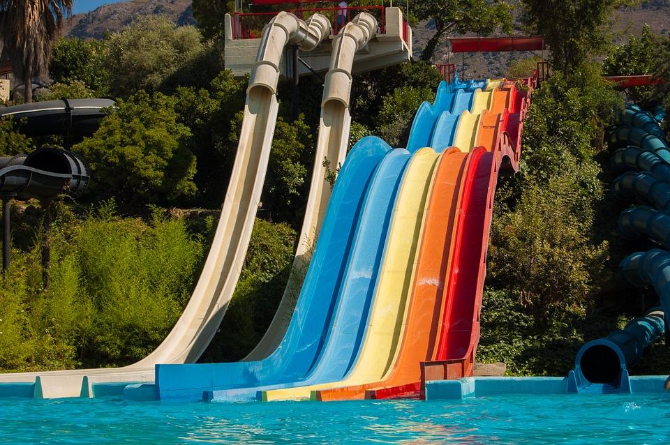 Un parque acuático es perfecto para ir con la familia en verano
