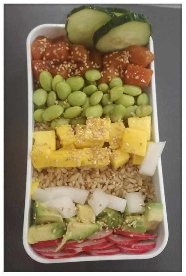 Una segunda opción para el tupper saludable es un poke bowl de arroz con salmón y frutas y verduras