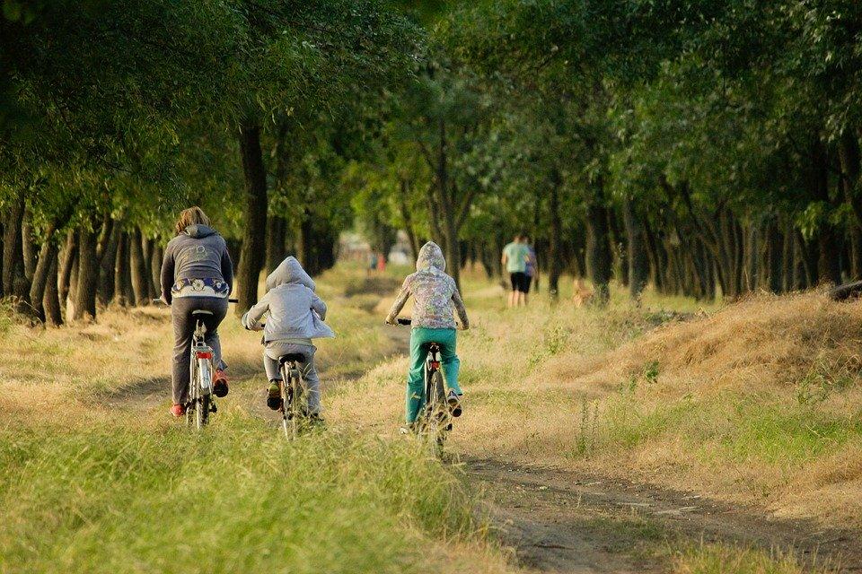 Salir en bicicleta es una buena opción para hacer deporte en familia