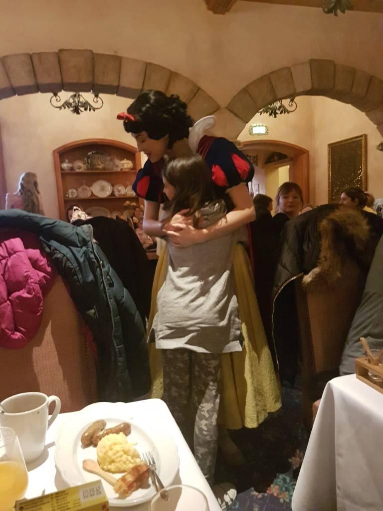 Una de las opciones que ofrecen para comer en Disneyland es con los personajes. Entre ellos está disponible desayunar con princesas