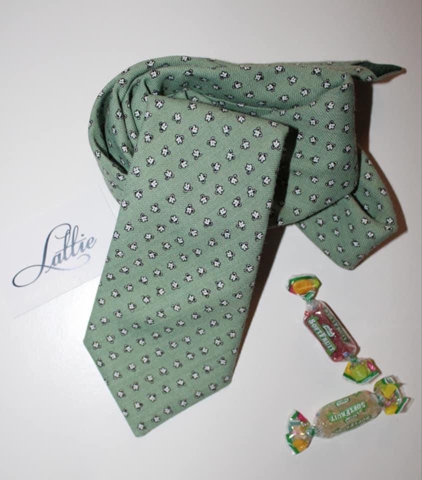 Corbata de Lattie Sevilla, muy actual y hecha a mano, uno de los 5 regalos clásicos para el día del padre que nunca pasan de moda.
