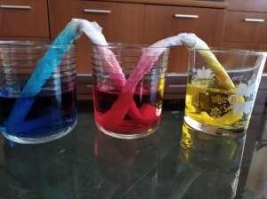 El agua se desplaza a través de las servilletas por la propiedad de los líquidos de la capilaridad. Otro de los 4 experimentos sencillos que os presentamos