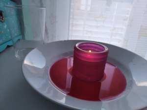 Materiales necesarios para el segundo de los 4 experimentos sencillos. Agua que sube vela que se apaga