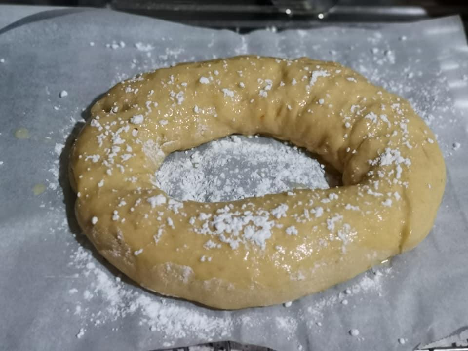Decoración básica del roscón con huevo batido y azúcar glass