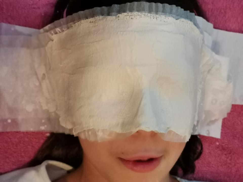 Mi pequeña haciendo su máscara