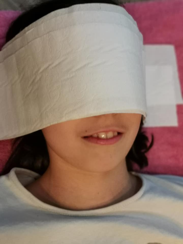Paso a paso para hacer máscaras de carnaval: poner papel higiénico sobre la cara