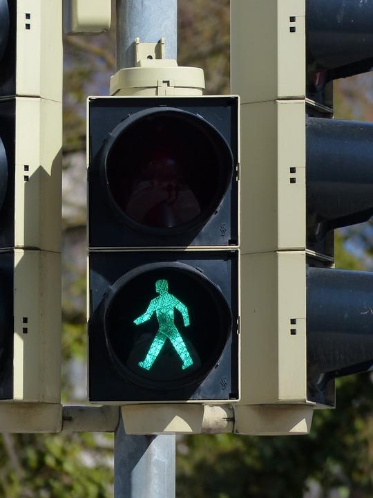 Cumplir las normas de circulación nos cuesta hasta los viandantes. Por ejemplo esperar a que el semáforo esté en verde antes de cruzar la calzada