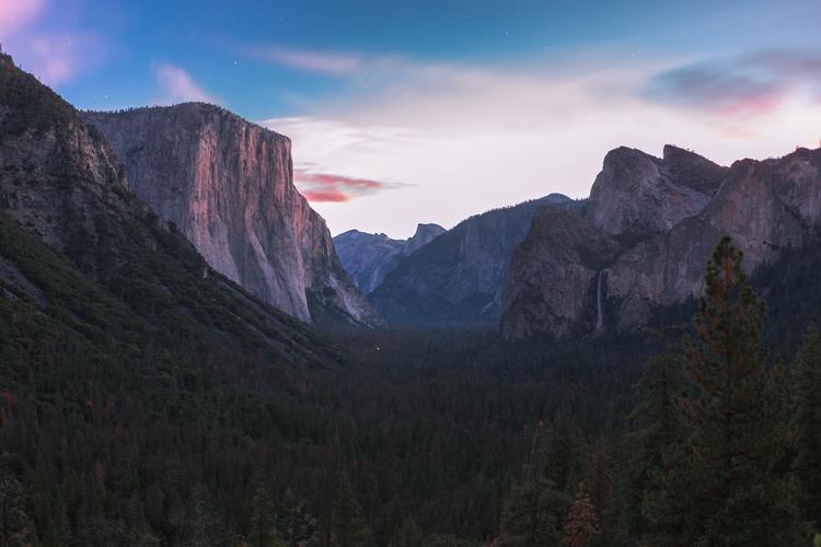 The vast Yosemite Valley just before sunrise.