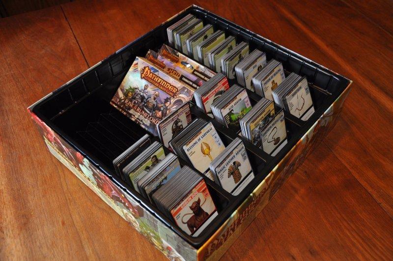 patfinder-aventuras-juego-de-cartas-la-caja