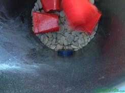 diy-huerto-fresas-primer-agujero-dentro