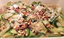 Recette de Salade de courgettes au parmesan et pignons de pin