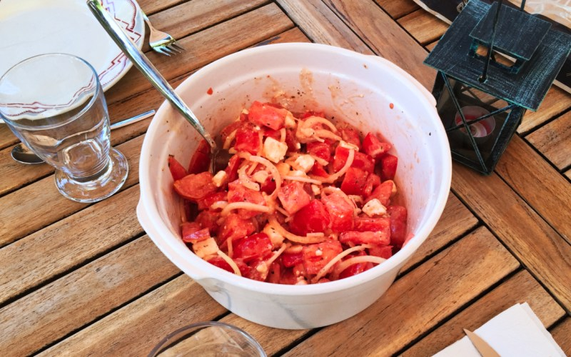 Salade tomates, oignon, feta