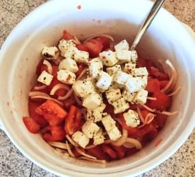 salade-tomates-oignons-feta-prepa-2