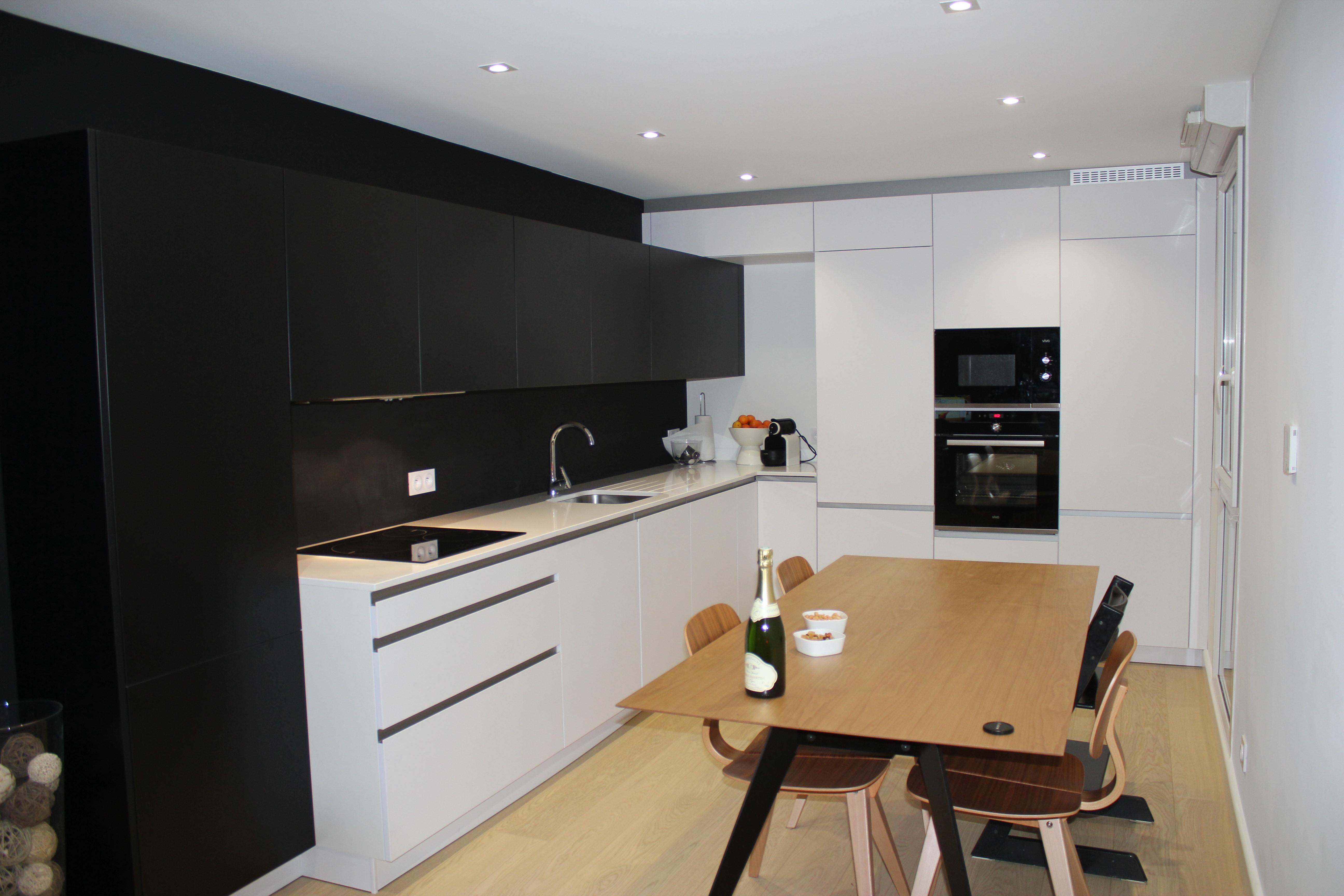 Modernite Cuisine Equipee Blanche Et Resine Noire Cuisine A Annecy