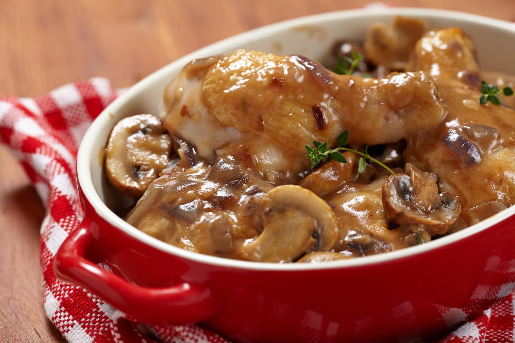 Poulet Chasseur un bon plat mijot dans une sauce brune tomate aux saveur de cerfeuil et d