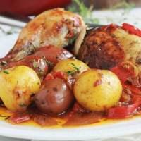 Poulet rôti en cocotte au four (pommes de terre, poivrons, tomates)