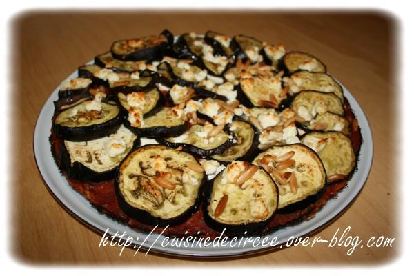 Tarte à l'aubergine, fromage de chèvre et pignons