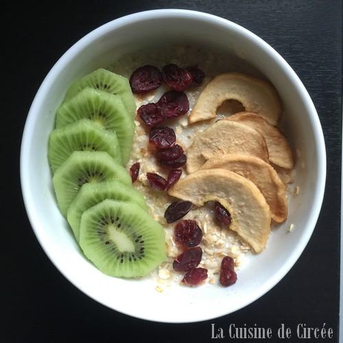 Porridge kiwi, poire et cranberries