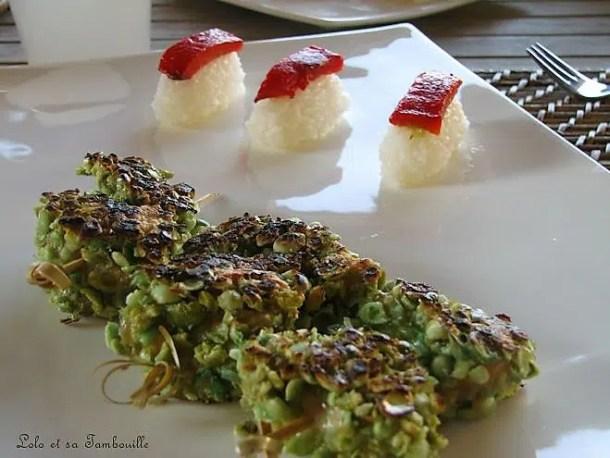 Brochettes de poulet panées aux pois wasabi & nigiri au poivron grillé