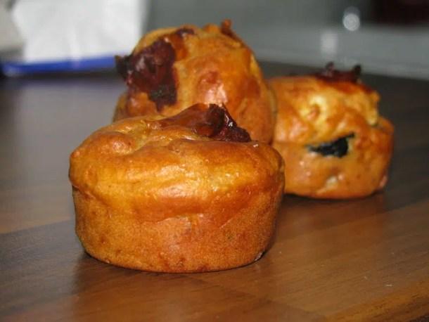 Muffins aux olives, feta & tomates séchées