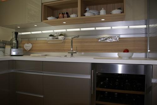 Un système de crédence lumineux - Cuisine réalisé à LA FERTE SOUS JOUARRE 77260 - Photographie ent. GARNOTEL