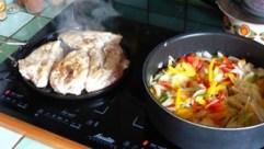 Filets de poulet sur lit d'oignons et de poivrons (1)