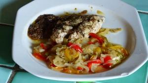 Filets de poulet sur lit d'oignons et de poivrons (3)