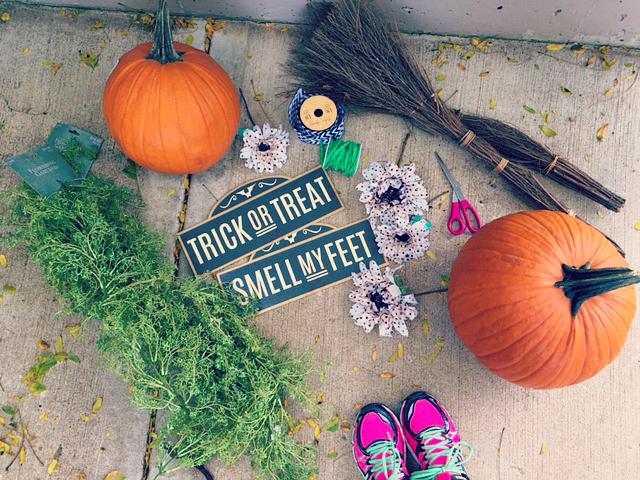 Simple Halloween Porch Decorating 1