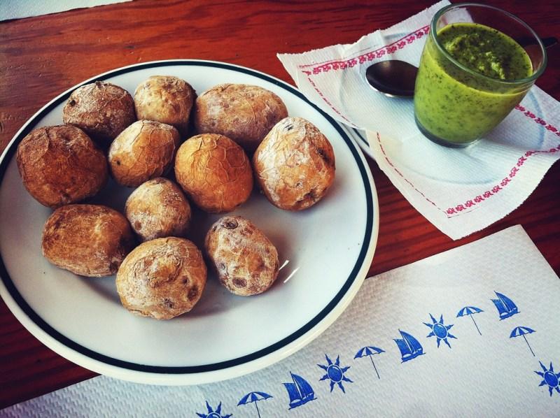 Zoute aardappeltjes met mojo verde uit Lanzarote