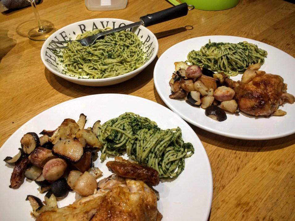 Pasta met palmkool pesto, geroosterde wintergroenten en kip