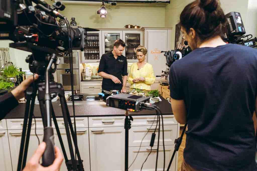 Martina mit Sterne Koch Silvio Nickol im Studio des Kochsalons