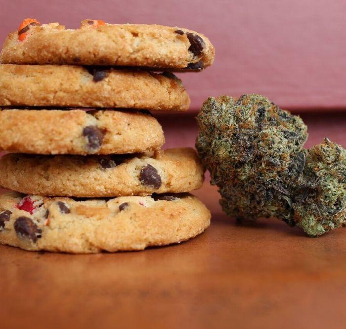 Imagem de cookies ao lado de um bud de cannabis