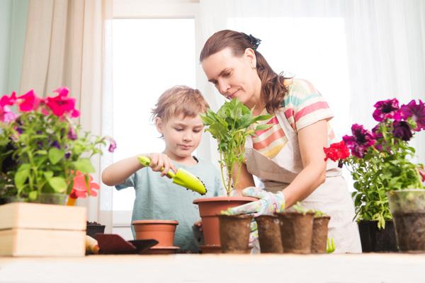 Mère et son fils jardinage