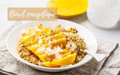 Bowl d'avoine avec mangue, noix de coco, beurre de cacahuète et noix
