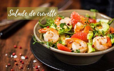 Salade fraîche avec crevettes, pamplemousse, avocat, concombre