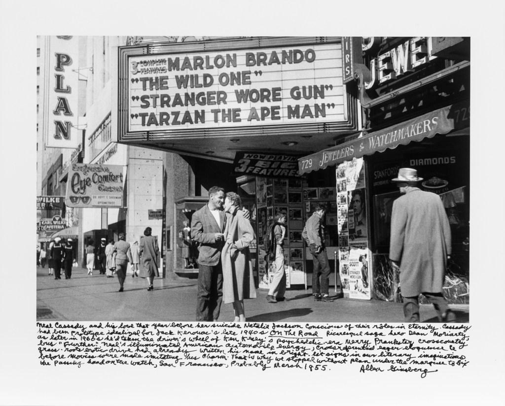 Neal Cassady e Nathalie Jackson davanti a un cinema di Dan Francisco nel 1955. © Allen Ginsberg, Courtesy of Fahey/ Klei Gallery, Los Angeles.