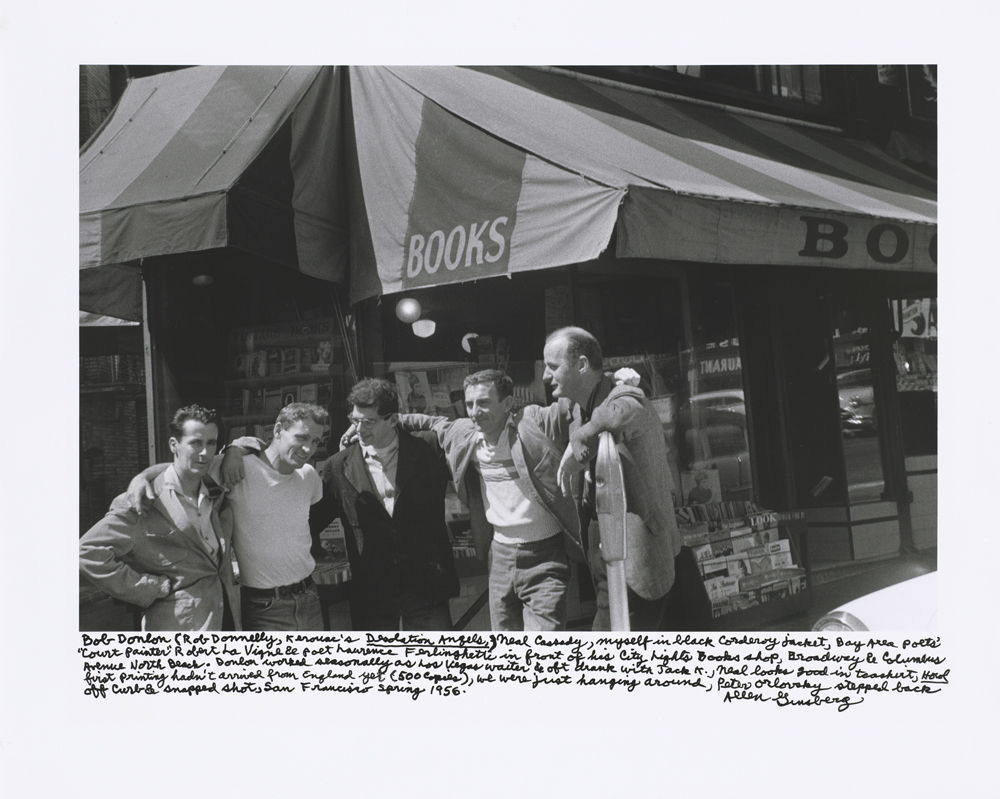 Davanti alla City Lights nel 1955: Bob Dolin, Neal Cassady, Allen Ginsberg, Robert La Vigne, Lawrence Ferlinghetti. Collezione Ginsberg. © Allen Ginsberg, Courtesy of Fahey/ Klei Gallery, Los Angeles.