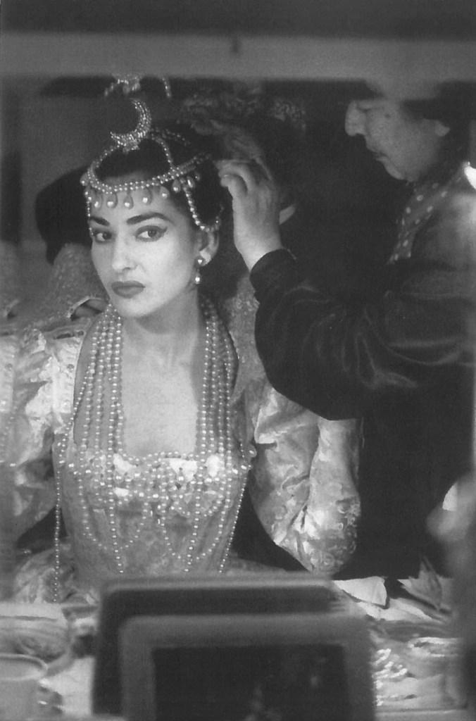 Maria Callas in camerino mentre si prepara ad interpretare Ifigenia di Gluck, Milano 1957. In basso si vede la Sacra famiglia di Cignaroli.