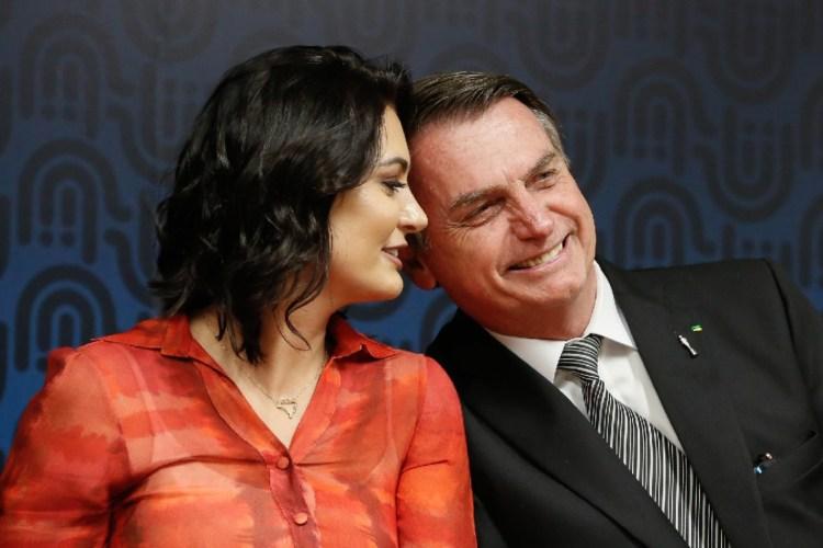 Mensagens apontam que o casal Bolsonaro e Michele transformaram a compra de vacina em negócio de família - Foto: Ilustração
