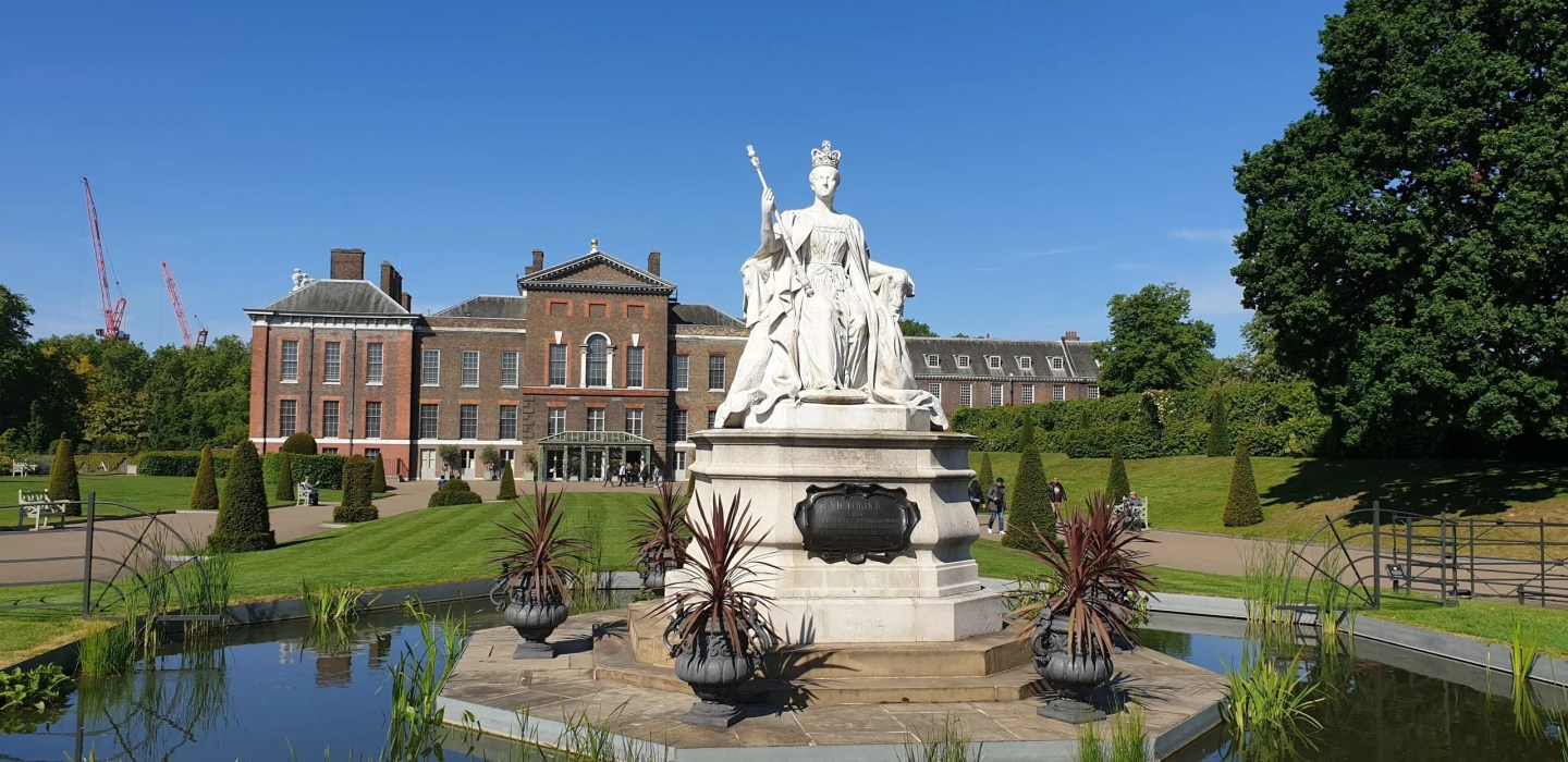 Kensington Palace with statue of Queen Victoria in the foreground