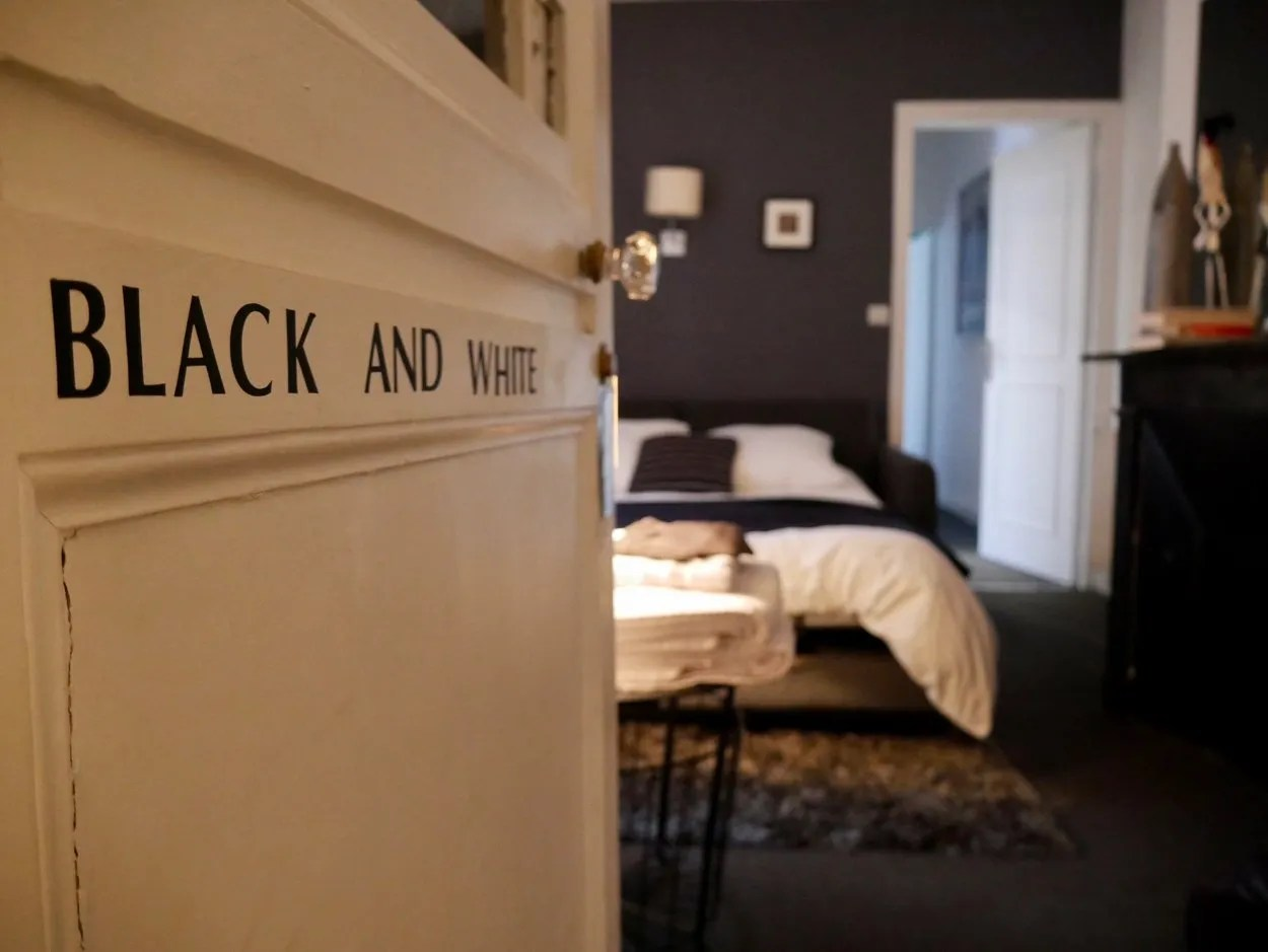 Black and white bedroom suite La Cour 26 Amiens France