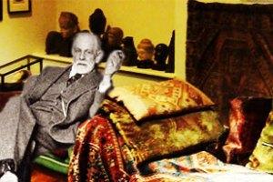 Sigmund Freud em sua sala de consultas em Londres