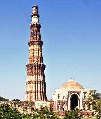 Qutub Minar et la mosquée Quwwat Ui Islam- Delhi