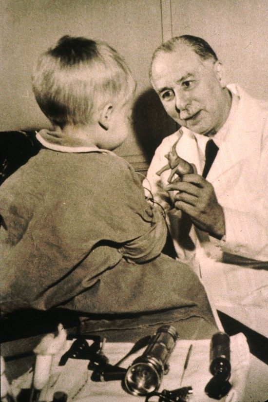 Sidney Farber with a young patient. National Cancer Institute, AV Number: AV-6000-3214, public domain, via Wikimedia Commons