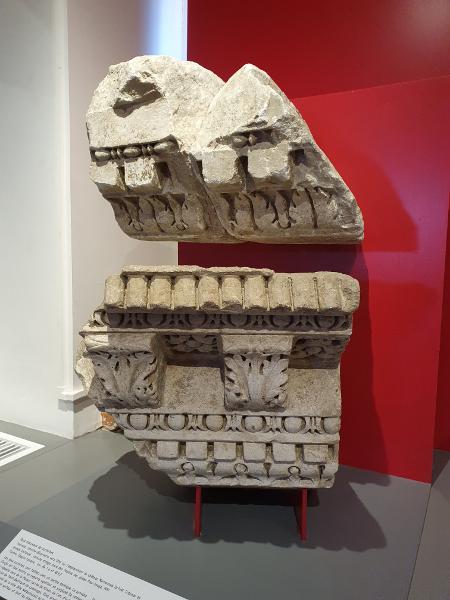 deux morceaux corniches musée Saint Raymond