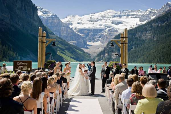 Getting married at Fairmont Château Lake Louise. The best wedding venues in the World. Find the best places to get married in Canada. We have rounded up the best wedding venues in Canada #weddingvenues #weddingsincanada